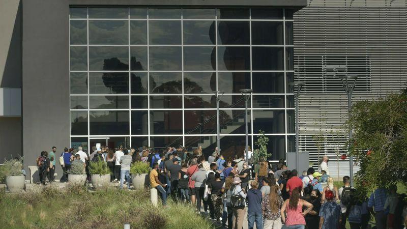 Dos días de feriado y un paro de Ampros generaron largas filas de pacientes en el hospital Central