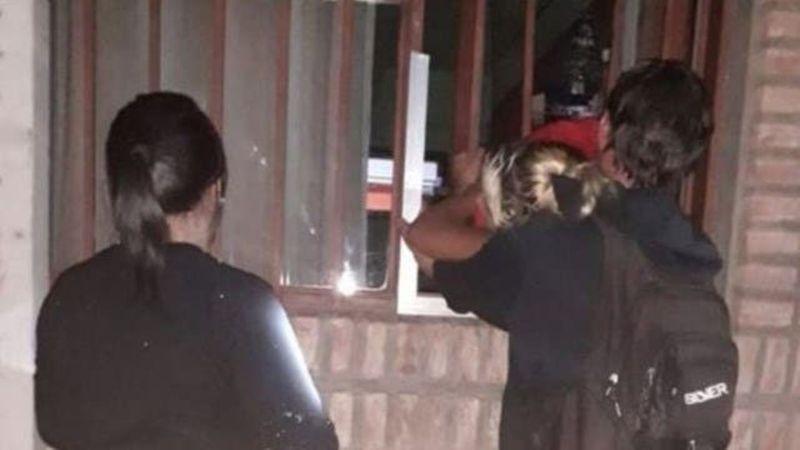 Video: una mujer embarazada que había entrado robar a un club quedó atrapada entre las rejas cuando escapaba