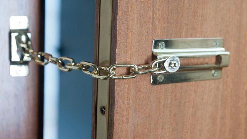 Video viral en TikTok: ¿Por qué ponerle una cadena a la puerta como medida de seguridad es poco útil?