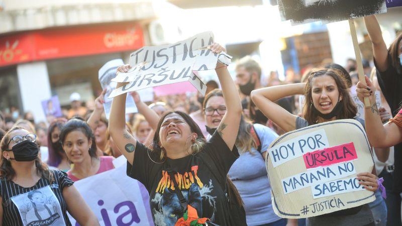 """Habló la joven baleada por la Policía en la marcha por el femicidio de Úrsula Bahillo: """"Estaba gritando por ella"""""""