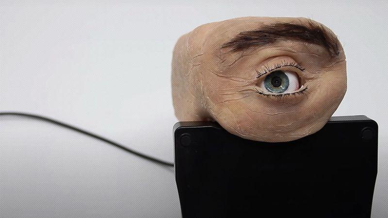 Video: la novedosa cámara web con aspecto de ojo humano que parpadea y te sigue con la mirada