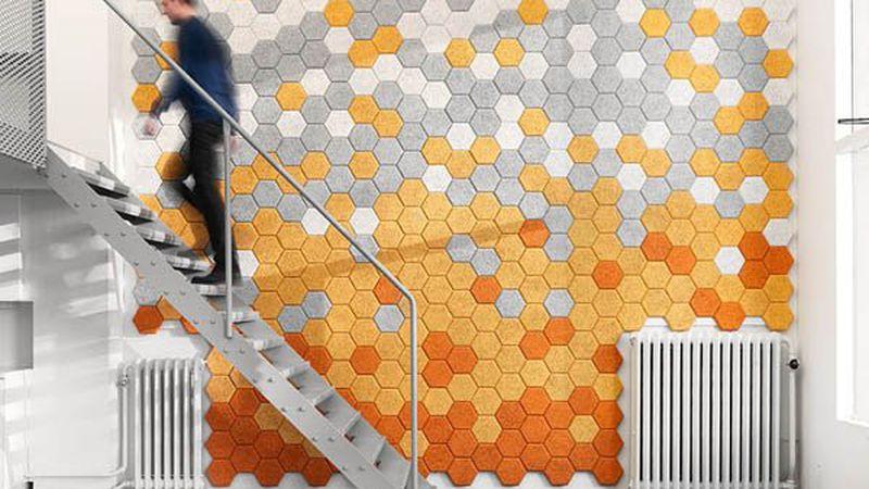 """Los coloridos azulejos hexagonales hechos de """"lana de madera"""" que absorben el ruido de las paredes"""