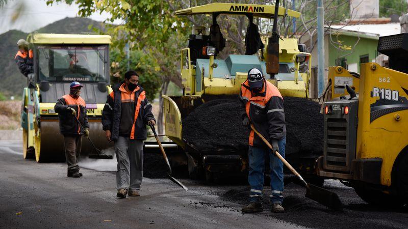 Godoy Cruz avanza con obras de pavimentación en diferentes barrios y arterias principales