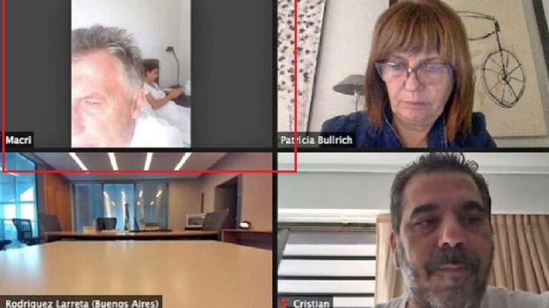 El blooper de Macri: se conectó al Zoom de JxC desde su habitación y estaba Juliana Awada en la cama