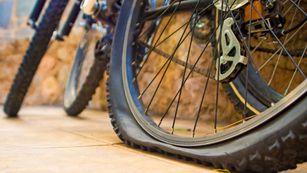 Dejó su bicicleta pinchada en un parque durante horas y, en vez de robársela, se la arreglaron
