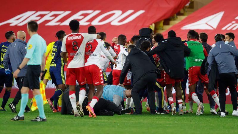 Video: batalla campal en el final de un partido de la liga francesa