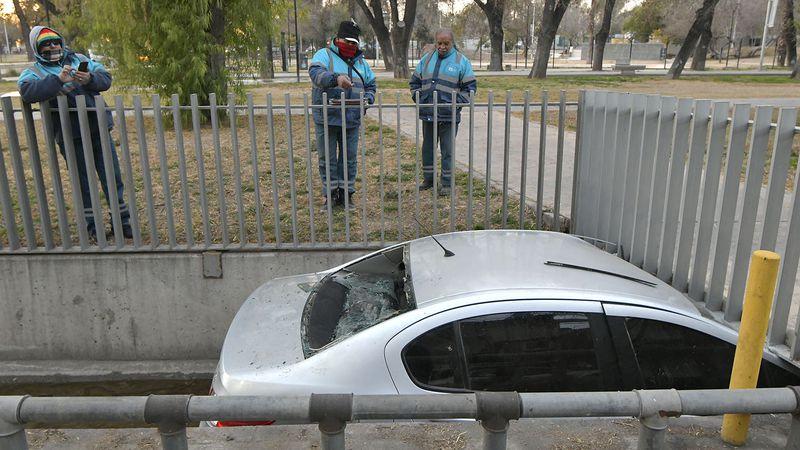 Video: un auto terminó en un canal de Ciudad y los ocupantes debieron romper el vidrio para salir