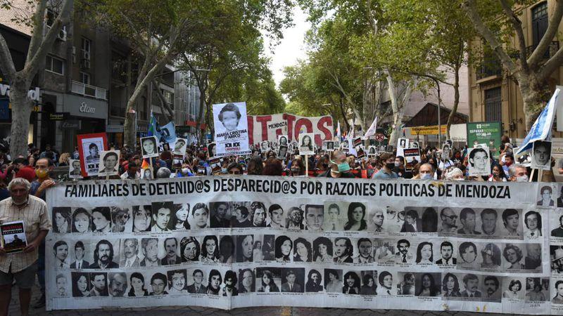En fotos: masiva marcha de los organismos de los DDHH por el Día de la Memoria en Mendoza