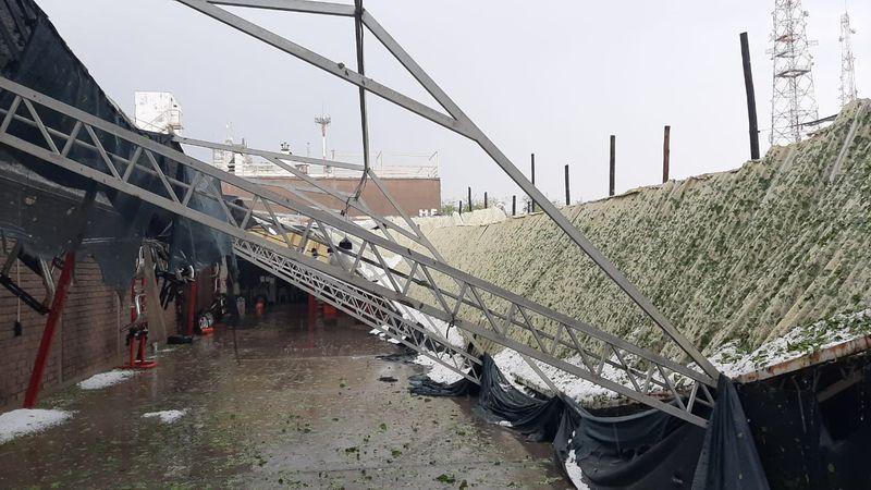 Calles anegadas, árboles caídos y servicios interrumpidos, el saldo de la fuerte tormenta en el Gran Mendoza