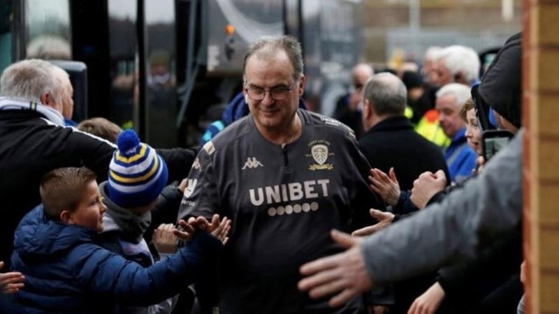 Marcelo Bielsa agradeció a los hinchas que fueron a su casa para saludarlo por el ascenso de Leeds