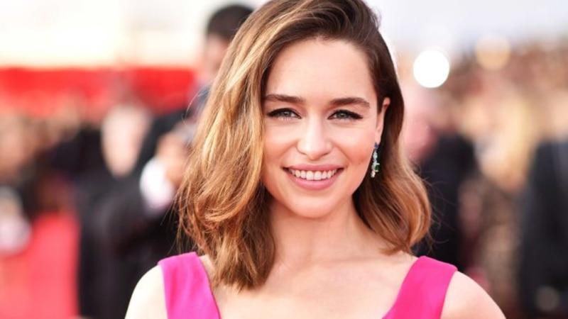 La superheroína del feminismo: Emilia Clarke presenta un personaje que usa su ciclo menstrual como super poder