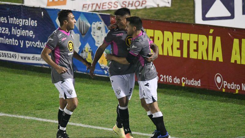 ¡Arriba las manos!: por un pésimo arbitraje de Nelson Sosa, Gimnasia sólo pudo empatar con Deportivo Riestra