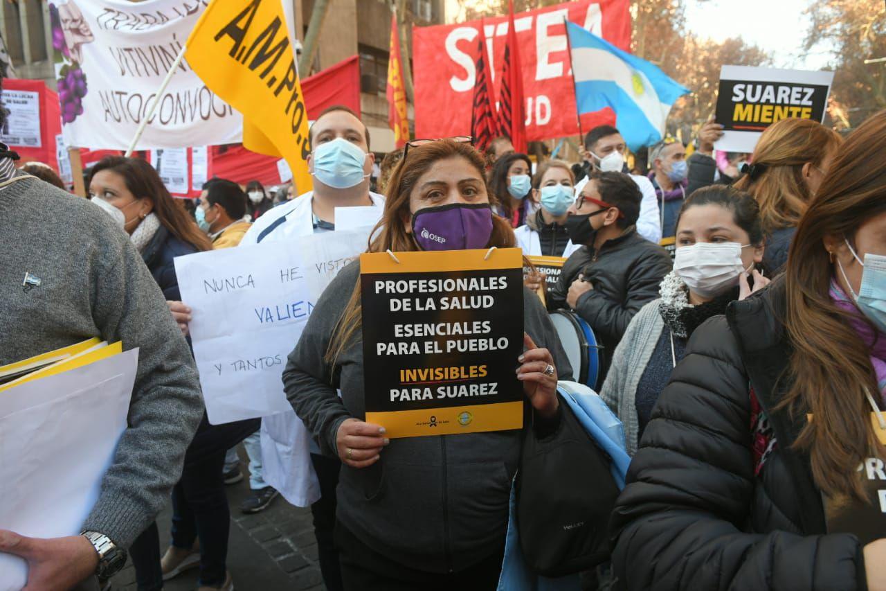 Los sindicatos se concentraron en el kilómetro 0 en contra de la propuesta salarial del Gobierno. Ignacio Blanco / Los Andes