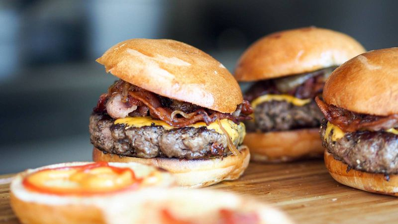 Denuncian que las cadenas de comida rápida reducen el salario de sus empleados