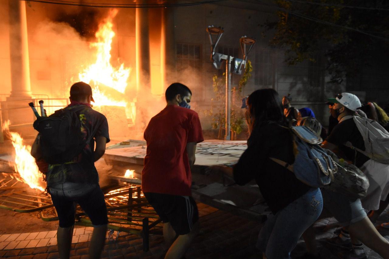 Un pequeño grupo de manifestantes que pedía justicia por el femicidio de Florencia Romano incendió la Legislatura de Mendoza on bombas molotov.