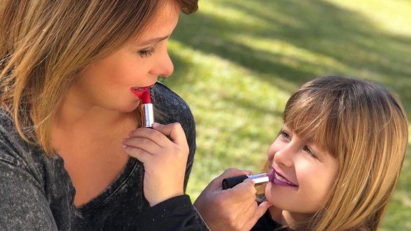 La hija de Fernanda Vives se divirtió maquillando a su abuelo