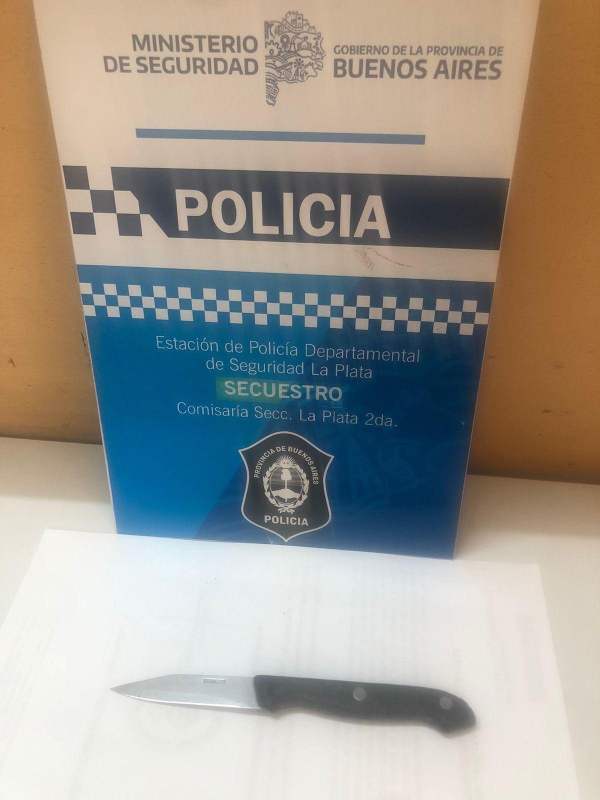 El cuchillo que portaba una mujer que esperaba a Alberto Fernández en un vacunatorio de La Plata.