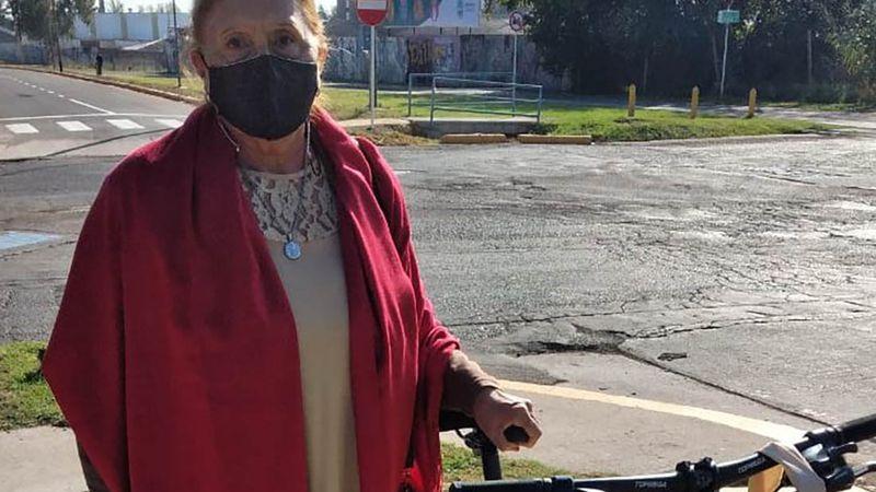 Tiene 73 años, fue elegida abanderada y le regalaron una bicicleta por su esfuerzo