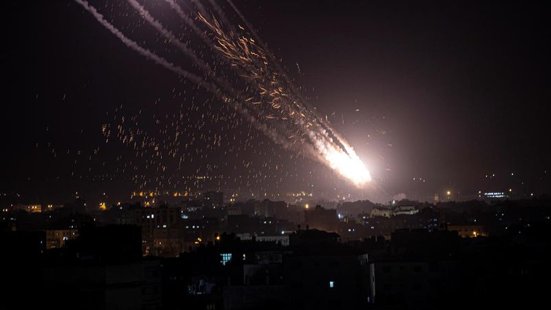 Hamas afirma que disparó 130 cohetes contra Tel Aviv en respuesta al ataque aéreo israelí y crece la tensión