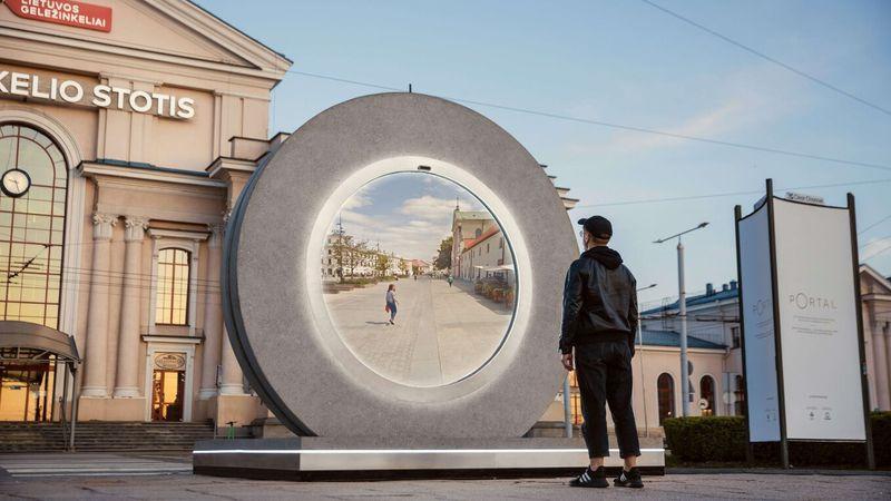 """El """"portal"""" que une las calles de Lituania y Polonia en tiempo real y fascina al mundo"""