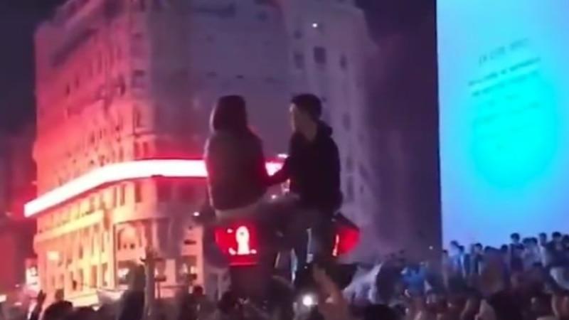 Insólito: le propuso casamiento a su novia en medio de los festejos por el triunfo de Argentina y trepado a un semáforo