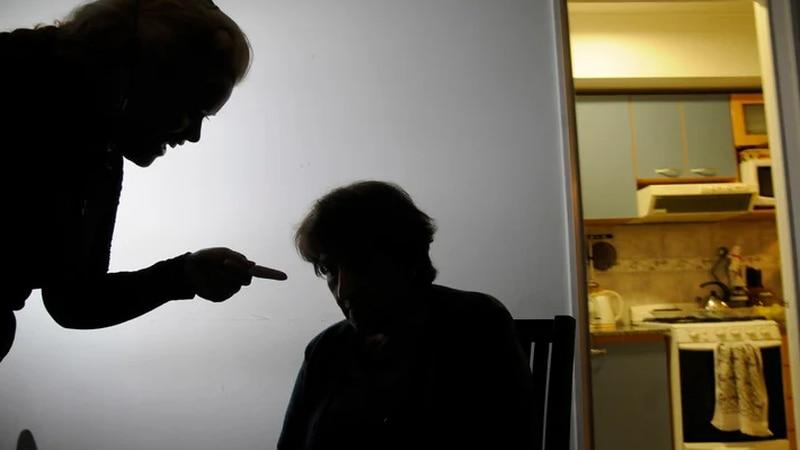 """""""Ayúdenme, estoy secuestrada"""", la terrible nota que una abuela le dejó a la enfermera que la vacunó"""