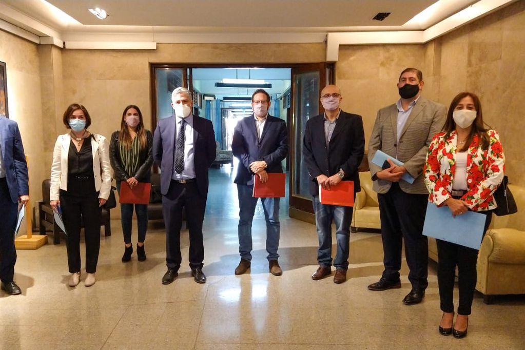 Legisladores del PJ fueron a Casa de Gobierno para pedir explicaciones a Nadal, pero la ministra no los recibió