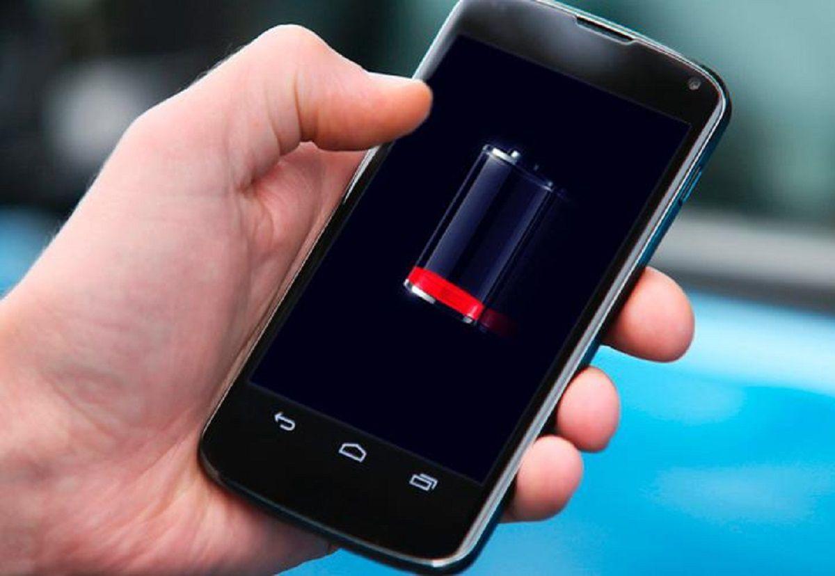 No te conviene usar el celular mientras cargás su batería porque se recalienta y se agota más rápido.
