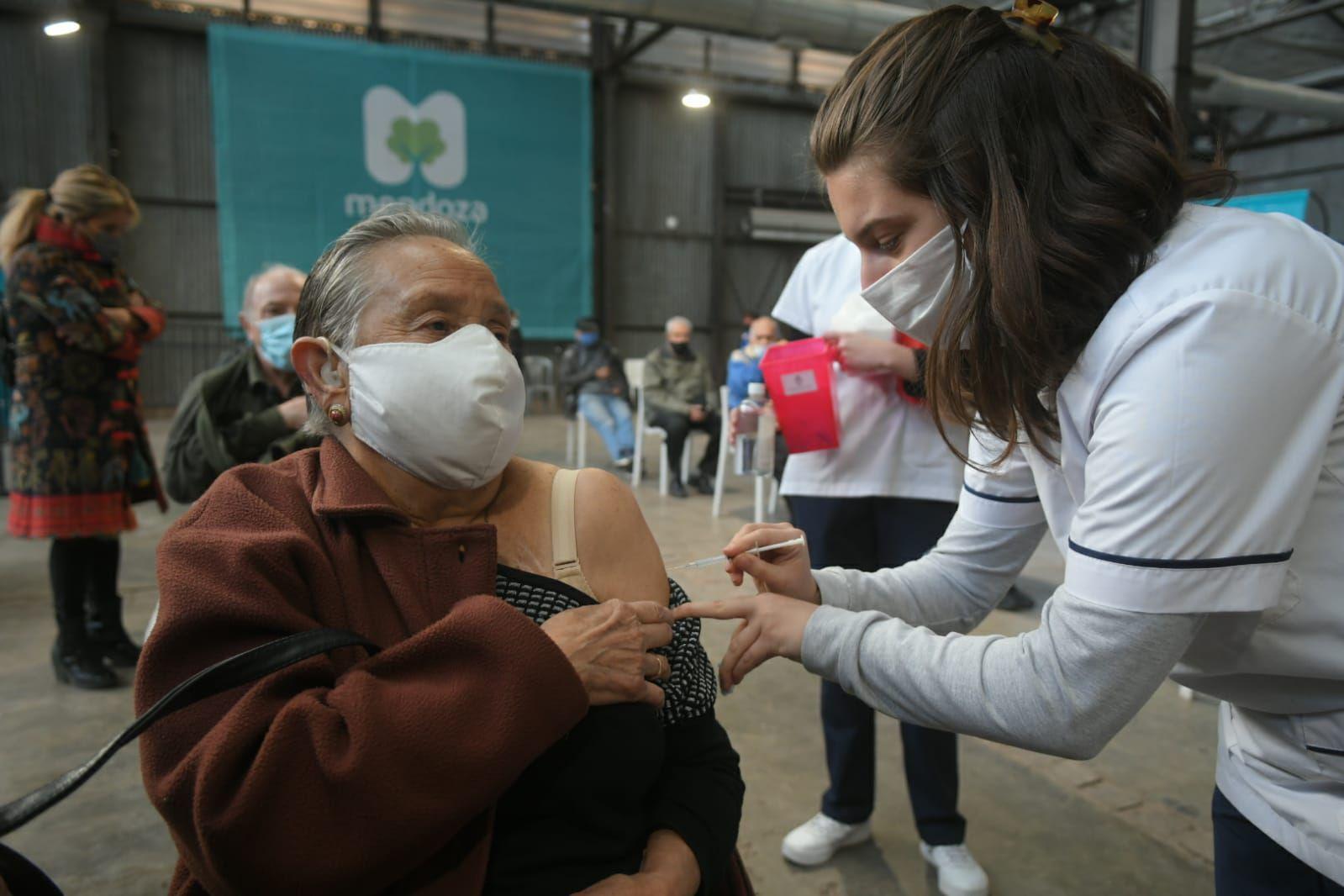 Comenzó la combinación de vacunas para mayores de 80 años con Moderna.