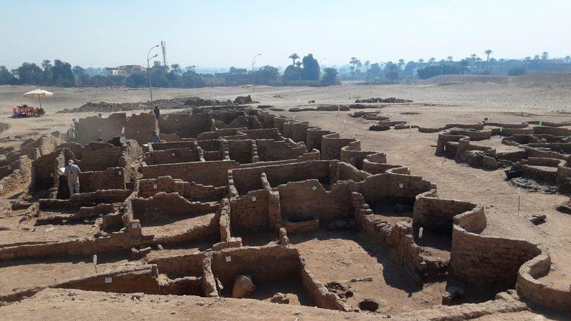 """Los imponentes tesoros hallados en la """"Ciudad de Oro Perdida"""" de Luxor que usó Tutankamón"""