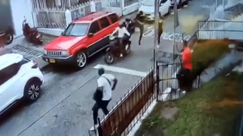 """Video: un hombre detuvo a dos motochorros de una patada voladora y en las redes los apodaron """"el Jackie Chan"""""""