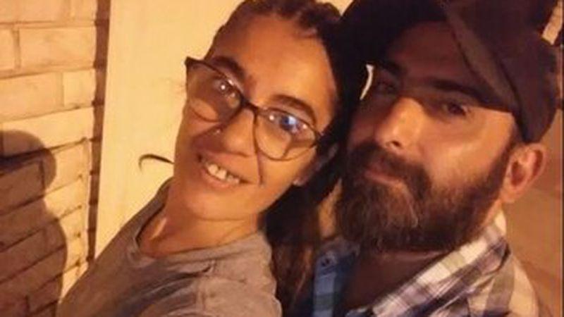 Recibió 27 puñaladas de su pareja y se salvó gracias a que se hizo pasar por muerta