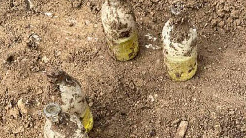 Insólito: creyó que había encontrado botellas de leche en su jardín y eran más de 40 granadas activas