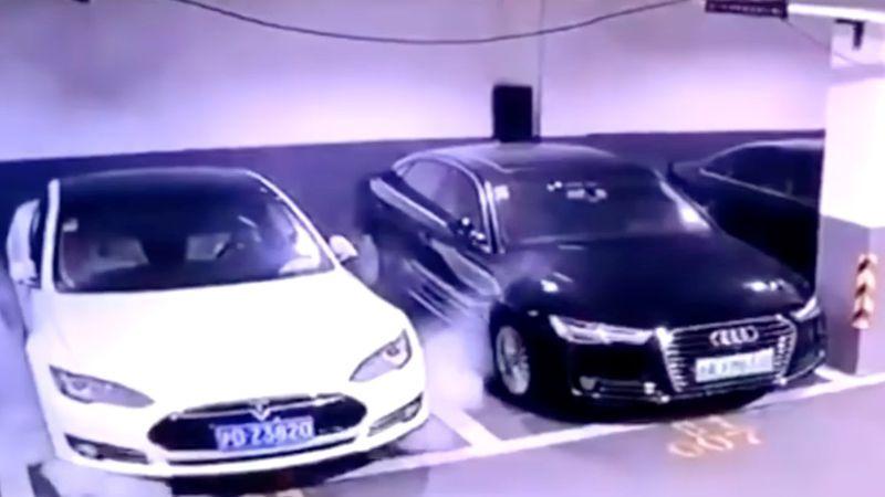 Video impresionante: un Tesla explotó mientras estaba estacionado en una cochera