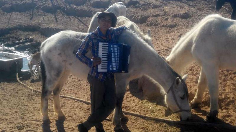 A los 13 años, Fede llena de música el desierto de Lavalle con su acordeón