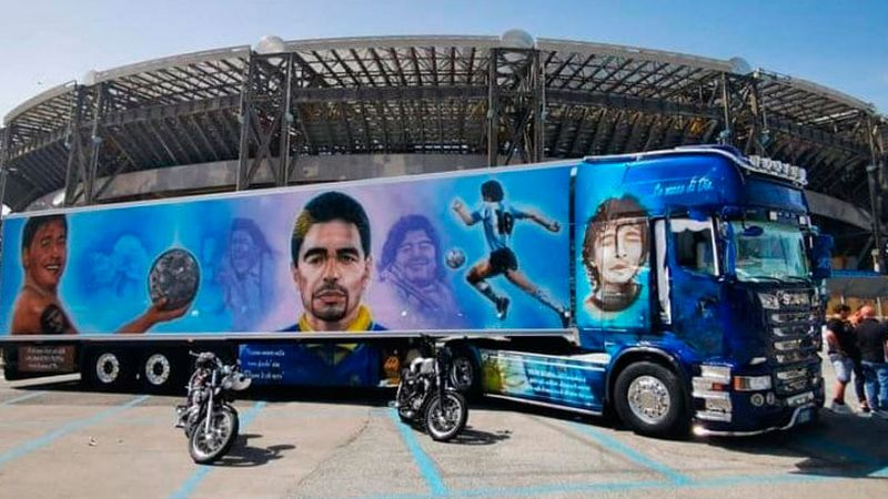 El amor por Maradona no tiene límites: un camión ploteado con sus imágenes es furor en las redes