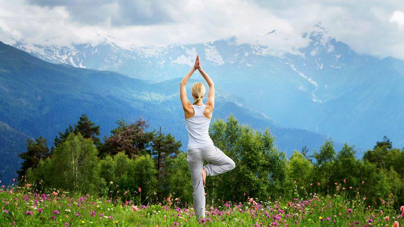 ¡Yoga en casa! Postura del árbol, el equilibrio perfecto