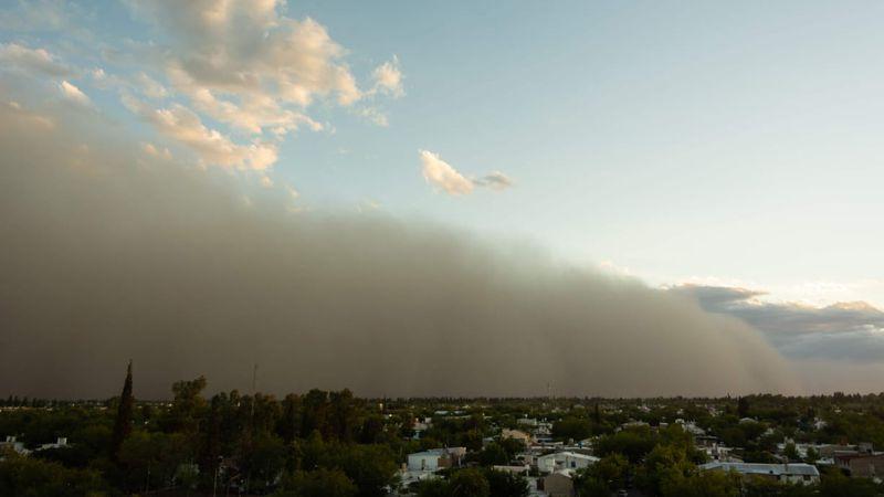 """Fotos y videos: la impresionante nube de polvo que ayer """"devoró"""" a Mendoza"""