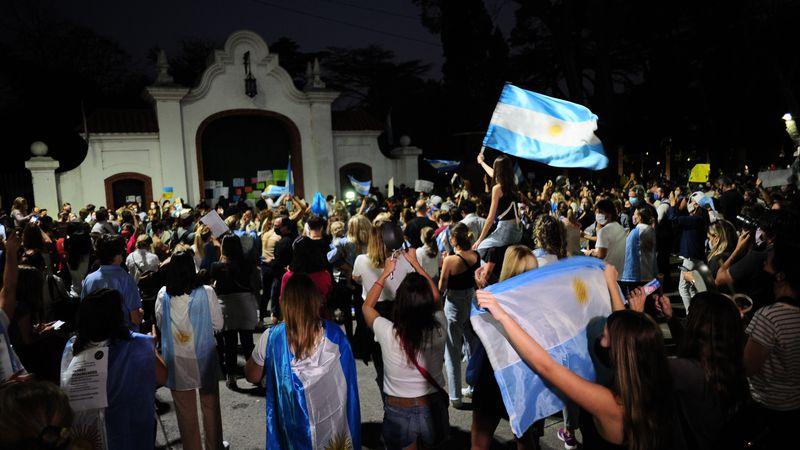 Otra noche de cacerolazos frente a la Quinta de Olivos por la suspensión de las clases presenciales
