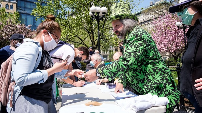 En Nueva York entregan marihuana gratis a quienes se vacunen contra el coronavirus