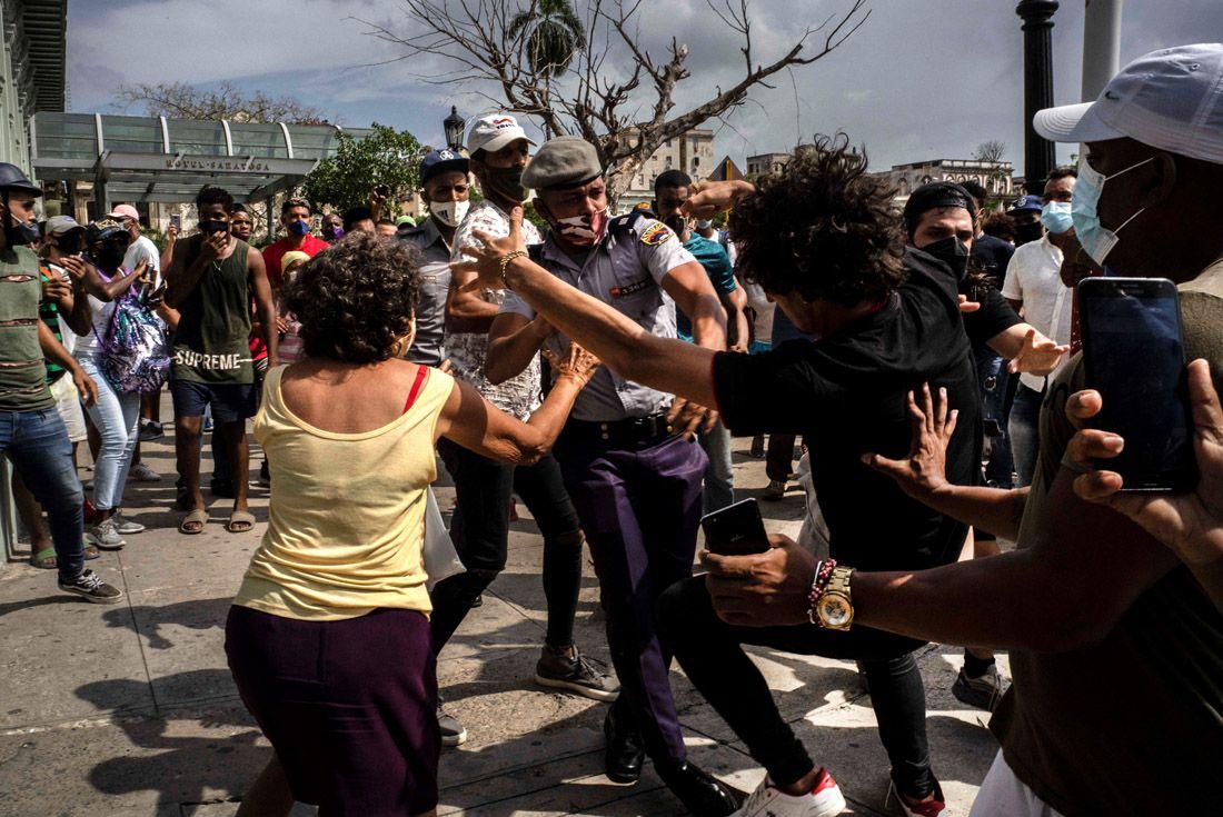 La policía detiene a un manifestante antigubernamental durante una protesta en La Habana - AP