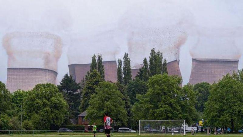 ¡Impactante! El momento exacto de la demolición de cuatro torres eléctricas durante un partido de fútbol