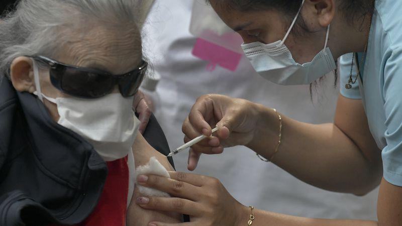 Coronavirus: mayores de 80 años que fueron vacunados con AstraZeneca y Pfizer presentaron anticuerpos similares