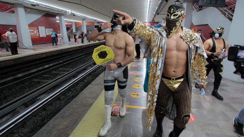 Video: estrellas de la lucha se subieron al metro de Ciudad de México para advertir a los que no usan tapabocas
