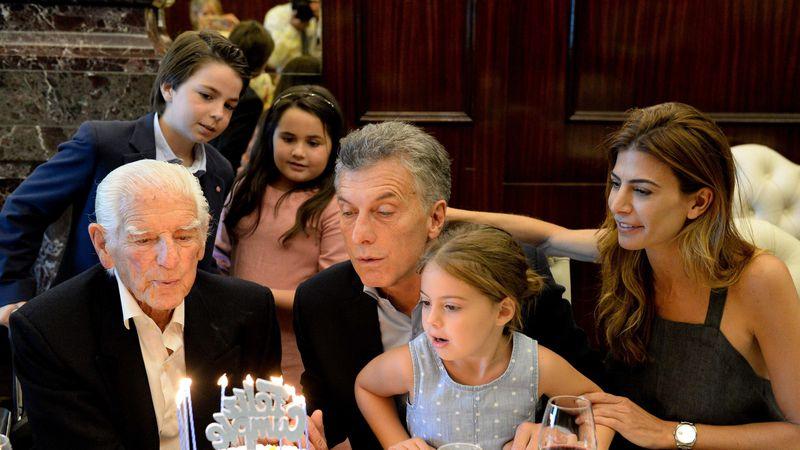 Macri festejó su cumpleaños junto a su familia y a un jubilado de 100 años