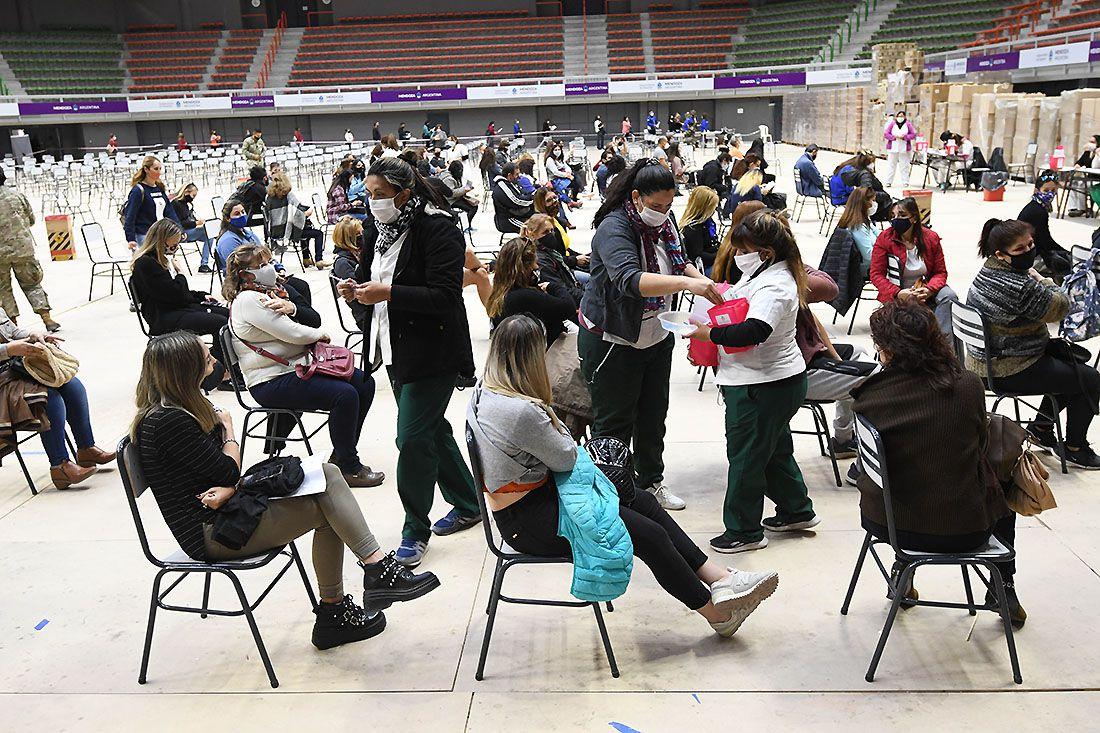 Vacunación docente en el estadio Arena Aconcagua de Ciudad