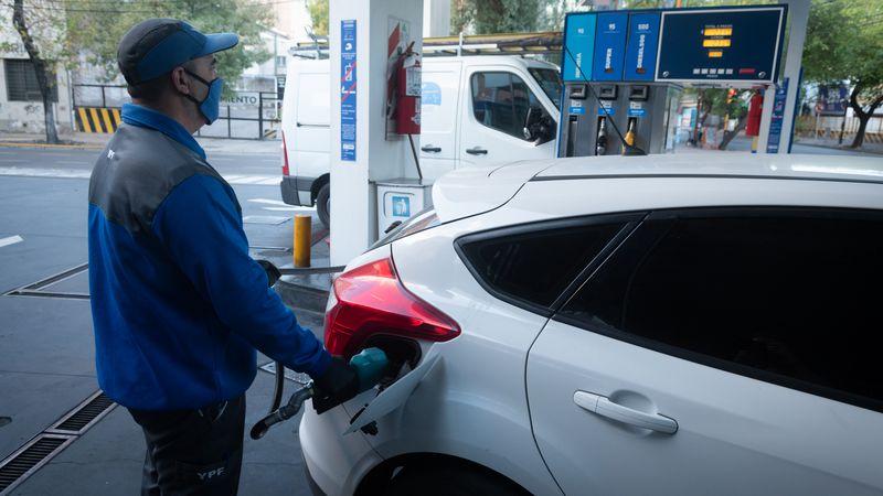 El litro de nafta premium ya superó los $100 en varios departamentos de Mendoza