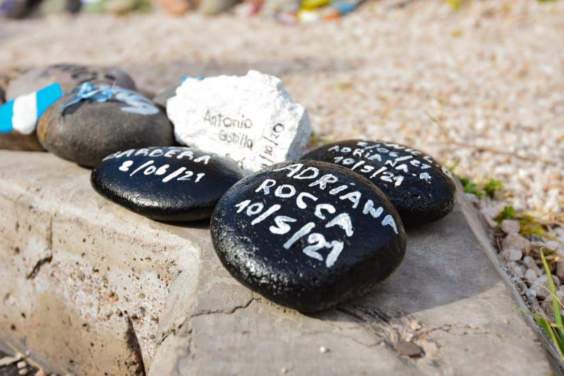 Un grupo de mendocinos se congregó en la Plaza San Martín y llevó piedras con los nombres de los fallecidos por la pandemia.