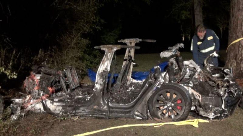 Un auto Tesla chocó y sus dos ocupantes murieron: creen que el vehículo se conducía de forma automática