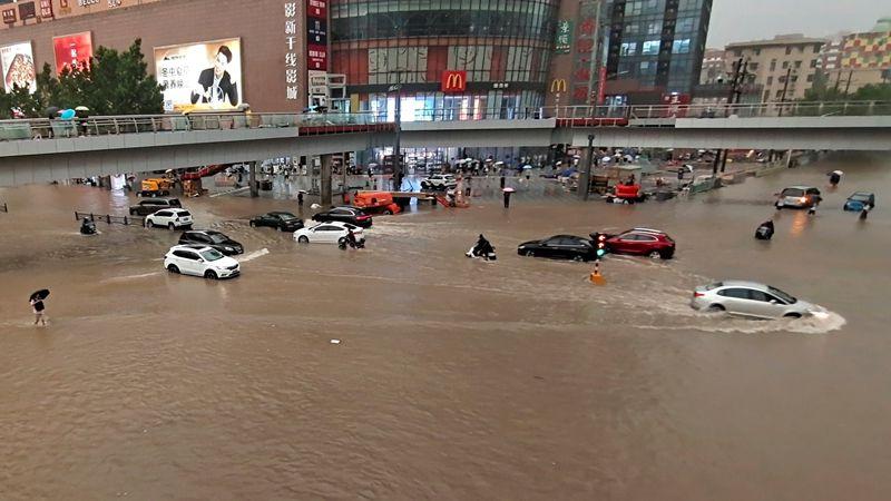 """Impactantes videos: al menos 12 muertos y más de 100 mil evacuados por """"históricas"""" lluvias en China"""